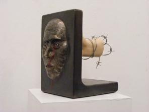 Acier, céramique. 39 x 32 x 19 cm